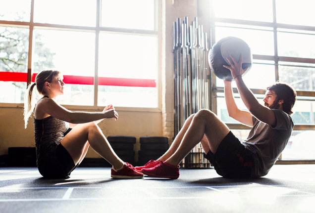 couple-sit-ups-medicine-ball-exercise-636x431