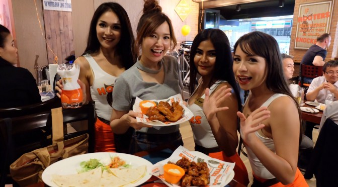 ไปกินไก่ ส่องสาวหุ่นดี ที่ Hooters สีลม