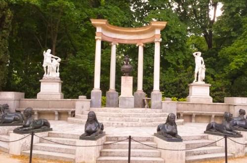 exedra del parque el capricho de Madrid con el busto de la Duquesa de Osuna