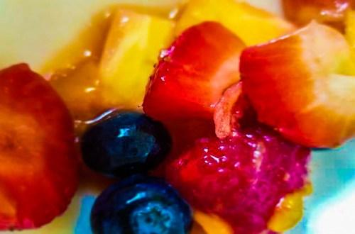 macedonia de frutas frescas, fresas, arándanos, frambuesa, mango