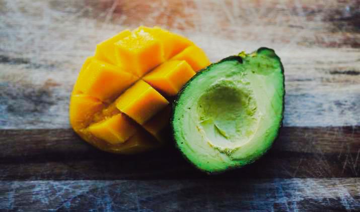 Mango y aguacate frescos partidos por la mitad
