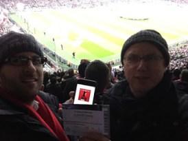 März 2015: Ein HSV Fan in der Allianz-Arena beim 7:0 der Bayern gegen Donezk. Unser Hörer WICKtory (rechts) wollte halt auch mal Tore sehen ;-)