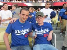 """Mai 2012: Auf dem Foto sehen wir unsere Hörer """"El_Ebenauer"""" und """"Kaisbock"""", kurz vor Spielbeginn des MLB-Spiels der Dodgers gegen die Diamond Backs. Kennen gelernt im reingemacht-Forum, haben sich die beiden während eines beruflichen Aufenthaltes in L.A., unglaublich aber wahr, erstmals persönlich getroffen! Und aufgrund vieler Werbung von Hoobs für den Baseball-Sport, haben sich die beiden gleich mal ein Spiel angeschaut. WAHNSINN!!!! DANKE!!!!"""