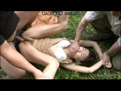 散歩中の黒髪お姉さんが鬼畜オヤジ達に捕まり野外で犯され拉致されるれイプ 動画 38.5度無料