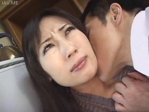 営業マンに全身をべろべろと舐められて必死に抵抗する三十路熟女妻のれイプ 動画 38.5度