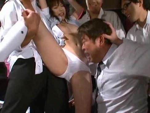 美人女教師が生徒達にザーメンをぶっかけられビショ濡れになるれイプ 動画 38.5度無料
