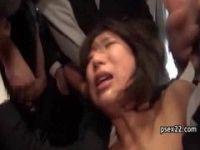 帰宅中の美巨乳OLがバスの中で痴漢集団に襲われる無理矢理犯している動画