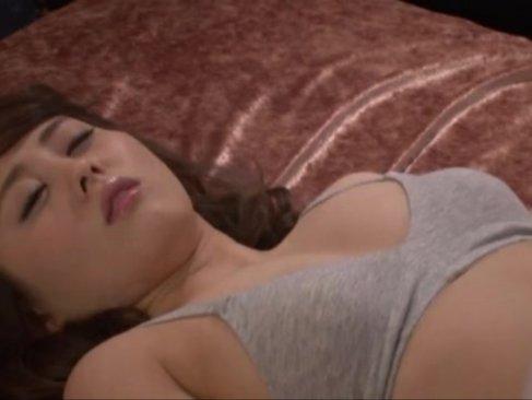 睡眠薬で熟睡している美巨乳ギャルが鬼畜男の魔の手にかかる!媚薬を注入されて超敏感な身体にされてるレイプ動画