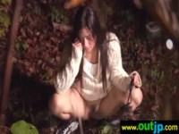 キャンプ中の可愛い黒髪ギャルが放尿している姿を写真に撮られてそのままレイプされちゃう無理矢理犯している動画無料