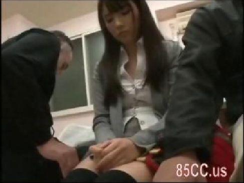 病院の待合室で痴漢集団に襲われレイプされるお嬢様系美人お姉さんの無理矢理犯している動画無料