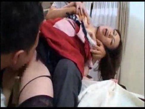 旦那の義息達に弱みを握られ朝から無理矢理犯される30代の美熟女義母のレイプ動画無料