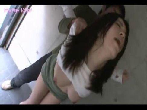 車庫で隣人に襲われ無理矢理犯される長身美人お姉さんのレイプ動画無料