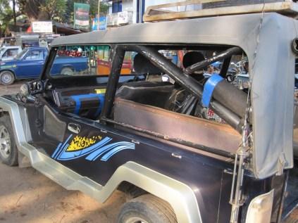 Im Jeep geht es über Stock und Stein…