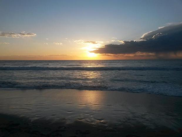 Sonnenuntergang für Backpacker am indischen Ozean
