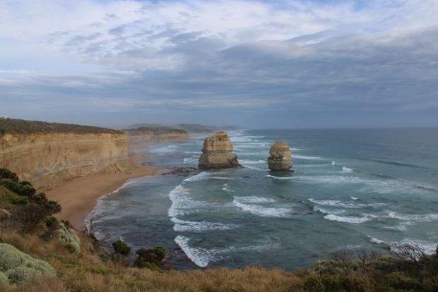 große Wellen schlagen an die Felsenküste Australien