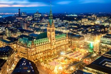 Hamburger Rathaus mit Weihnachtsmarkt (Nachtaufnahme)