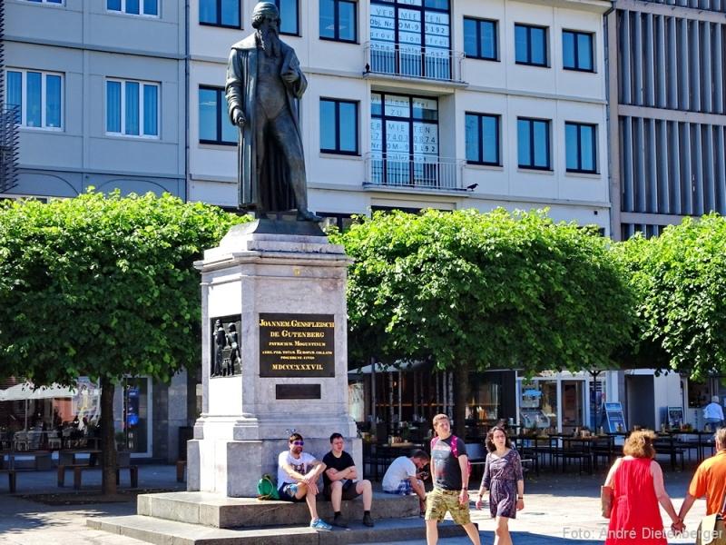 Gutenberg-Denkmal in der Mitte des Gutenbergplatzes