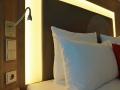 Novotel Arnulfpark - Bett Licht und Steckdosen
