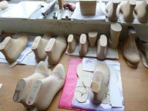 Die Formen entstehen in Handarbeit, werden anschließend digitalsiert und aus Kunststoff gefertigt