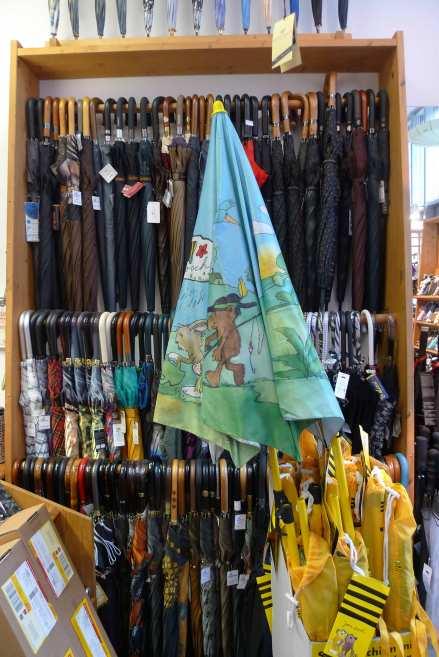 Für jedes Outfit und Stimmung gibt es den passenden Schirm. Die Inhaberinnen Carola und Meike beraten ihre Kunden und schwätzen nichts auf