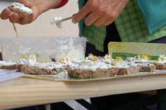 Essen Deko mit Gänseblümchen