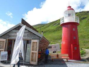 Ein Mini-Leuchtturm in oben den Alpen