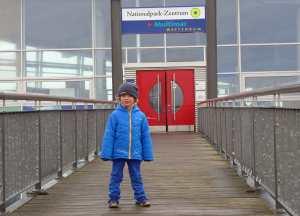 Kleinkind vor dem Eingang zum Wattforum.