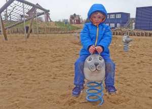 Kind auf einer Wipp-Robbe