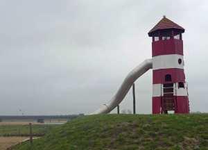 Leuchtturm-Rutsche auf dem schön gestalteten Spielplatz.