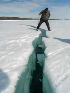 Tiefe Spalte im Eis -- wenn im Juni die Bucht aufbricht...