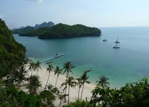 Blick von oben auf den Golf von Thailand und einen Sandstrand