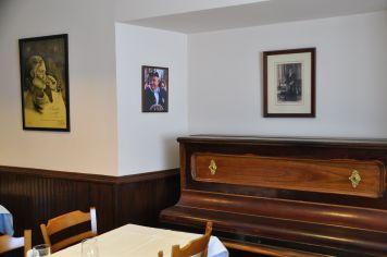 """Das braune Klavier aus dem Roman """"Fiesta"""" steht heute noch dort."""