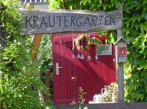 Eingang zum Kräutergarten von Ina Schirner in Präterow auf Usedom, Familienurlaub Usedom, Tipps Familienreise, Aktivurlaub mit der Familie, Usedom-Urlaub, Reiseblog. Reisefeder