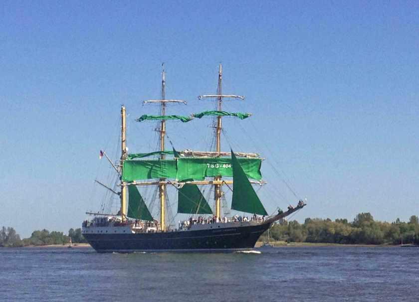 Alexander von Humboldt II mit grünen Segeln auf der Elbe vor Hamburg