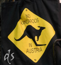 Keine Kängurus in Österreich, bezeugt das Schild -- aber schon Sissi war intensiv am Hüpfen und Schnaufen