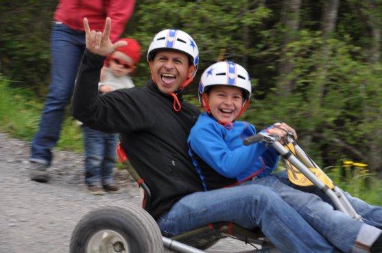 Vater und Sohn auf dem Mountaincart