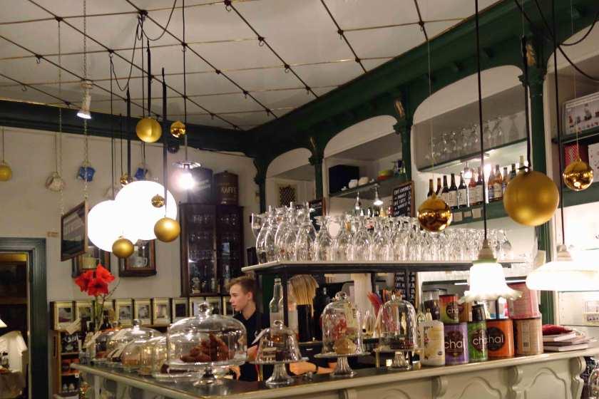 Verkaufstresen mit Leckereien m Cafe Quedens in Ribe