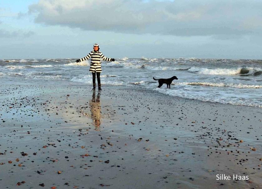 Silke mit Hund am Strand