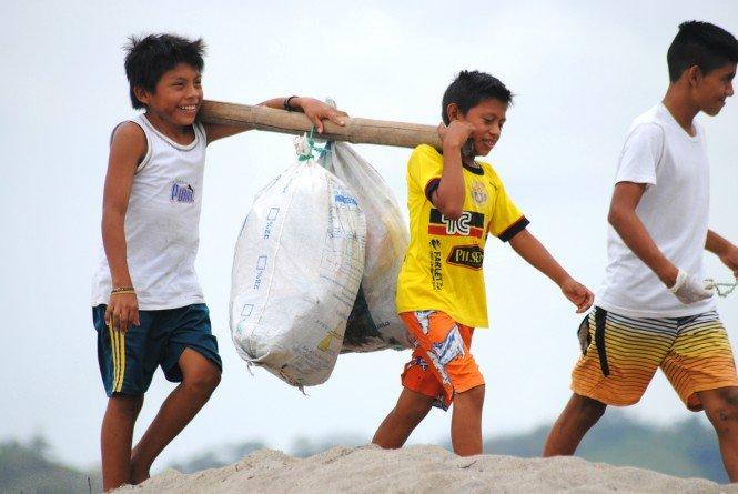 freiwillige-bei-einer-sammelaktion