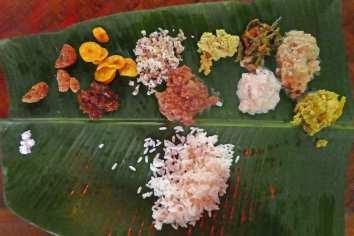 Gegessen werden die Speisen mit den Fingern und von einem Bananenblatt