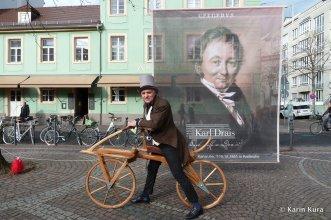Radjubiläum. Martin Hauge besitzt einen Nachbau des Draischen Fahrrads und führt es in Karlsruhe vor. Kura