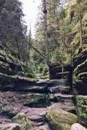 Wasser plätschert über Felsstufen
