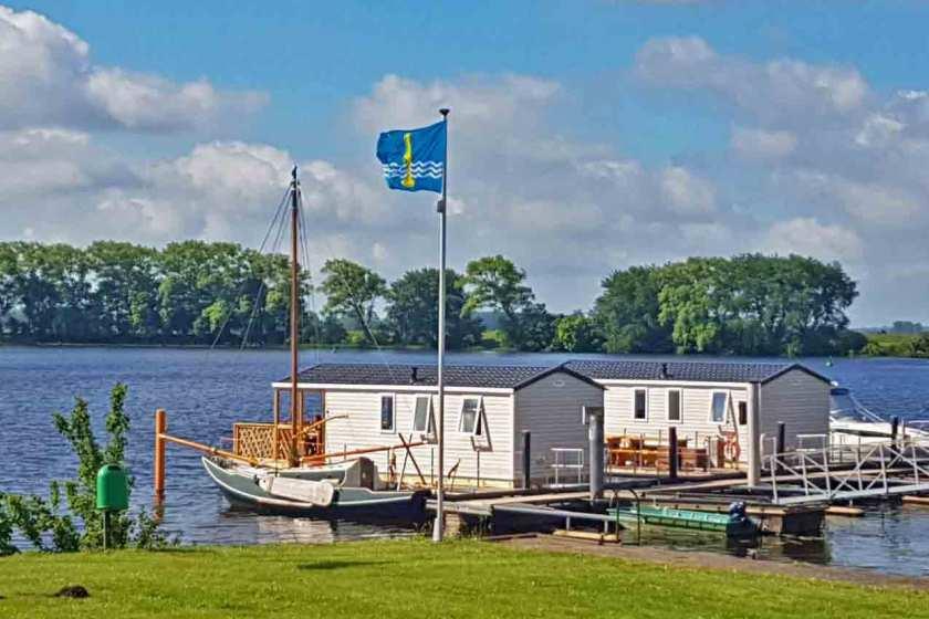 Zwei Hausboote an der Eider