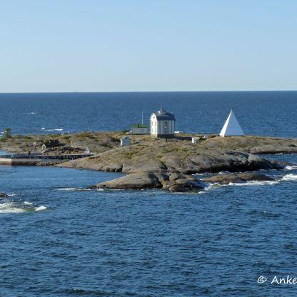Schon bald fährt das Schiff an der kleinen Lotseninsel Kobba Klintar vorbei