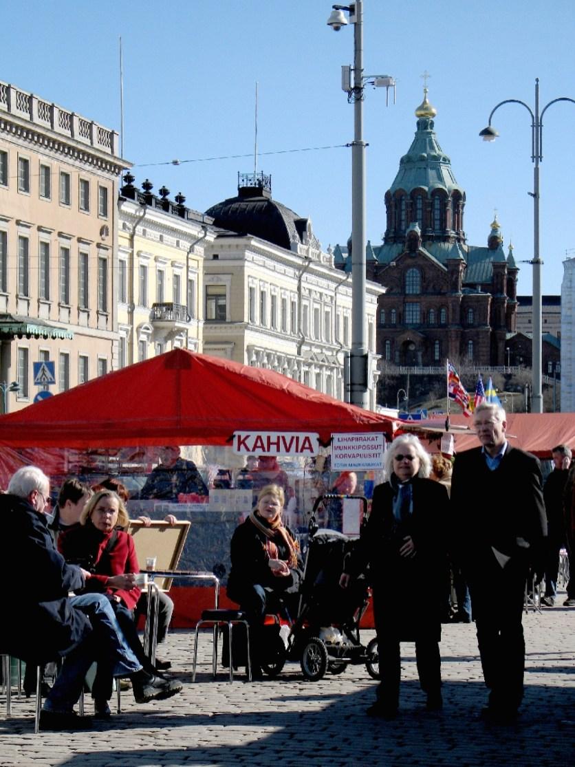 Kahvia - Kaffee. Sogar bei Kälte bietet Helsinkis Hafen den Trunk open air.