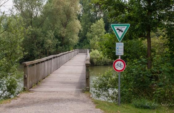 Zugang zum Naturschutzgebiet über die erste Brücke