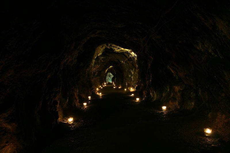 Glimmende Lampen säumen den Tunnel untertage