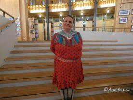 Silja Somby auf der Bibliothekstreppe