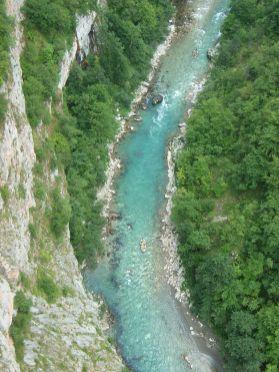 Die Tara tief in ihrer Schlucht, eines der Sehnsuchtsziele (Mazbln / Wikimedia Commons / CC BY-SA 3.0)