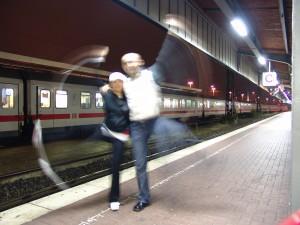 Spass beim Warten auf den Zug zum flug